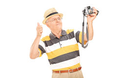 Älterer Herr, der ein selfie mit Kamera nimmt Lizenzfreies Stockfoto