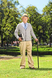 Älterer Herr, der im Park aufwirft Stockfotos