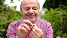 Älterer hispanischer Mann schätzt auf einer Kamille ist er wird geliebt stock video