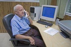 Älterer im Büro Stockfotos