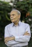 Älterer indischer Mann, der weg schaut Stockfotos