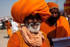 Älterer indischer Pilger im orange Turban Stockfotos