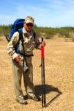 Älterer Jäger in der Wüste Stockfoto
