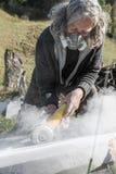 Älterer Künstler, der an einer Steinskulptur arbeitet lizenzfreies stockfoto