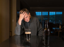 Älterer kaukasischer erwachsener Mann mit Krise Stockbild