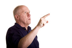 Älterer Kerl, der hoch und recht schaut und zeigt Lizenzfreies Stockfoto