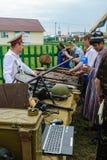 Älterer Kosake demonstriert Gewehrsammlung Stockfotos