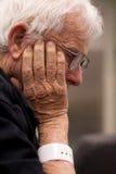 Älterer kranker Krankenhauspatient tragender Wristband Lizenzfreie Stockbilder
