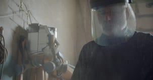 Älterer männlicher Berufstischler in der Sicherheitsmaske, die an der hölzernen Fertigung ist konzentriert und ernst arbeitet stock video