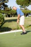 Älterer männlicher Golfspieler auf Golf Stockfoto
