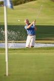 Älterer männlicher Golfspieler, der Bunker spielt Lizenzfreies Stockfoto