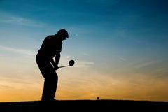 Älterer männlicher Golfspieler am Sonnenuntergang Lizenzfreies Stockfoto