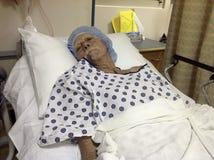 Älterer männlicher Krankenhauspatient, der Chirurgie erwartet Stockbilder