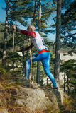 Älterer männlicher Läufer mit nordischem Wanderstockgebirgspfad oben Lizenzfreie Stockfotografie