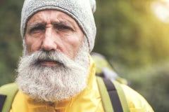 Älterer männlicher Reisender, der an Natur denkt Stockfoto