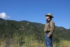 Älterer Mann-allein schauende Berge Stockfotografie