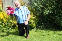 Älterer Mann auf einem Knievorschlagen Lizenzfreie Stockfotos