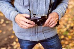 Älterer Mann auf einem Weg im Herbstwald Stockfoto