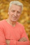 Älterer Mann auf Herbsthintergrund Stockbilder