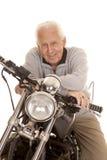 Älterer Mann auf Motorradabschlusslächeln Stockbild
