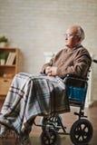 Älterer Mann auf Rollstuhl lizenzfreie stockfotografie