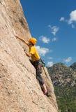 Älterer Mann auf steilem Felsenaufstieg in Colorado stockbilder