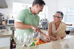 Älterer Mann-Ausschnitt-Gemüse in der Küche stockbild