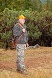 Älterer Mann betriebsbereit auf die Jagd zu gehen Lizenzfreies Stockfoto