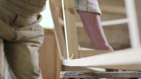 Älterer Mann, den Tischler ein kleines Boot mit seinem errichtet, teilt vom Holz in einer kleinen Werkstatt aus stock video