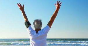 Älterer Mann, der Übung auf Strand tut stock video