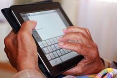 Älterer Mann, der Apple iPad verwendet lizenzfreies stockfoto