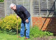 Älterer Mann, der auf dem Aufwecken des Stockes oder des Stocks sich lehnt Stockfotografie