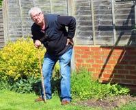 Älterer Mann, der auf dem Aufwecken des Stockes oder des Stocks sich lehnt Lizenzfreies Stockbild