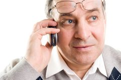 Älterer Mann, der am Handy spricht