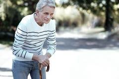 Älterer Mann, der auf seine Frau wartet lizenzfreies stockbild