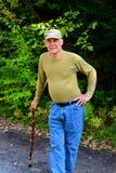 Älterer Mann, der auf Stock sich lehnt Lizenzfreie Stockbilder