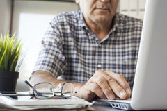 Älterer Mann, der an Computer arbeitet Lizenzfreie Stockbilder