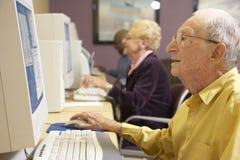 Älterer Mann, der Computer verwendet stockfotos