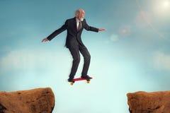Älterer Mann, der das Risiko einer Herausforderung genießt lizenzfreie stockfotos