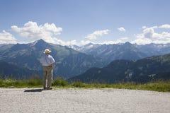 Älterer Mann, der das Tal übersieht stockbilder