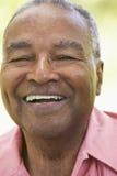 Älterer Mann, der an der Kamera lacht lizenzfreies stockbild