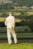Älterer Mann, der die Ansicht bewundert Stockfotografie