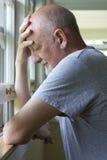 Älterer Mann, der die Schmerz oder Krise ausdrückt Stockfotos