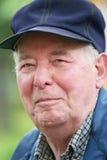 Älterer Mann, der draußen genießt Lizenzfreie Stockbilder