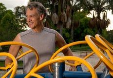 Älterer Mann, der draußen trainiert Stockbild