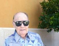 Älterer Mann, der dunkle Gläser trägt lizenzfreie stockfotografie