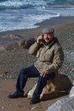 Älterer Mann, der durch Handy spricht lizenzfreies stockfoto