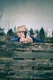 Älterer Mann, der ein Gewehr zielt lizenzfreies stockbild
