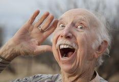 Älterer Mann, der eine Meldung ausruft Lizenzfreie Stockfotografie