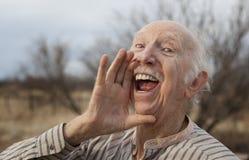 Älterer Mann, der eine Meldung ausruft lizenzfreie stockbilder